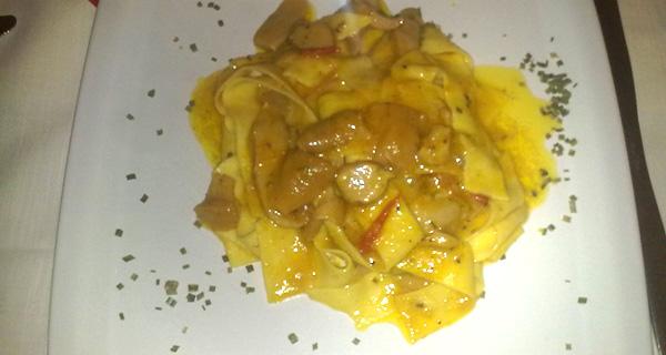 piatto di tagliatelle con porcini e crema di zucca